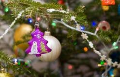 Jouet d'arbre de Noël Arbre pourpré Décoration d'arbre de Noël photographie stock libre de droits