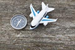 Jouet d'avion d'air et boussole de voyageur photos libres de droits