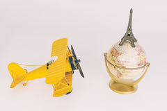 Jouet d'avion en métal de vintage voyageant le monde Paris Photographie stock libre de droits