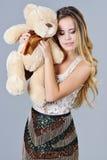 Jouet d'ours d'étreintes de femme de fantaisie Photographie stock libre de droits
