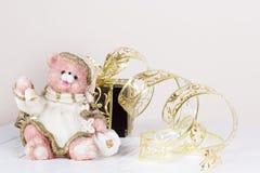 Jouet d'ours de Noël Fond de fête Carte de voeux avec la copie Photo stock