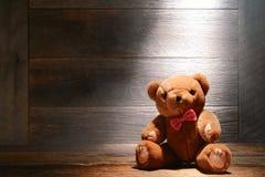 Jouet d'ours de nounours de cru dans le vieux grenier poussiéreux de Chambre Photos stock