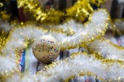 Jouet d'or vif de Noël avec le plan rapproché jaune de guirlandes image libre de droits