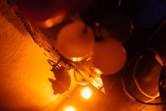 Jouet dans la lumière jaune photo stock