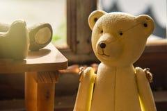 Jouet de bébé de nounours d'ours sur le fond en bois Photographie stock libre de droits
