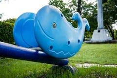 Jouet de bascule de baleine en parc Photographie stock libre de droits