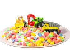 Jouet de camion d'arbre sur des couleurs multi peu en pierre image stock