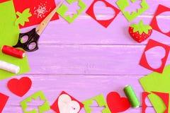 Jouet de couture, approvisionnements de métier Jouet de fraise de feutre, ciseaux, feuilles de feutre de rouge et de vert et chut Photo libre de droits