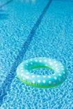 Jouet de flottement dans la piscine photo libre de droits