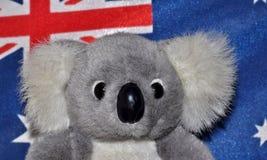 Jouet de koala devant le drapeau australien Photo libre de droits