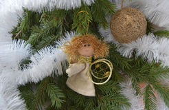 Jouet de Noël sous forme d'ange et de sphère d'or Image stock