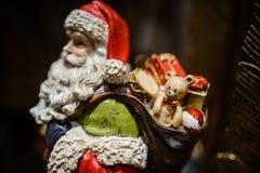 Jouet de Noël sous forme de Santa Claus avec le sac de cadeau Image libre de droits