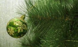 Jouet de Noël sur l'arbre de Noël La nouvelle année ornemente le fond d'hiver pour l'espace vide de carte postale Fond de soirée  Photos libres de droits
