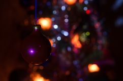 Jouet de Noël sur l'arbre de Noël La nouvelle année ornemente le fond d'hiver pour l'espace vide de carte postale Fond de soirée  Images stock