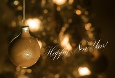 Jouet de Noël sur l'arbre de Noël La nouvelle année ornemente le fond d'hiver pour l'espace vide de carte postale Fond de soirée  Images libres de droits