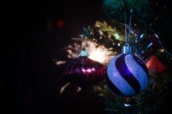 Jouet de Noël sur l'arbre de Noël La nouvelle année ornemente le fond d'hiver pour l'espace vide de carte postale Fond de soirée  Image libre de droits