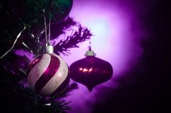 Jouet de Noël sur l'arbre de Noël La nouvelle année ornemente le fond d'hiver pour l'espace vide de carte postale Fond de soirée  Photos stock