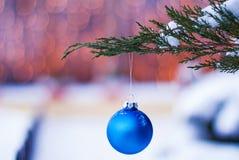 Jouet de Noël sur une branche d'un arbre de Noël dans la neige horizontale Photographie stock libre de droits