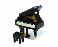 Jouet de piano fait à partir des blocs en plastique de jouet Photographie stock libre de droits