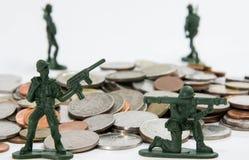 Jouet de soldat avec les pièces de monnaie (profondeur de champ) Image libre de droits