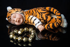 Jouet de tigre de bébé dormant paisiblement Images libres de droits