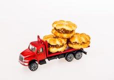 Jouet de voiture avec des biscuits Image libre de droits