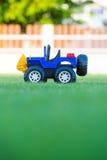 Jouet de voiture sur le champ de l'herbe verte Photos libres de droits