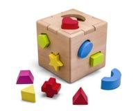 Jouet en bois de boîte de puzzle avec les blocs colorés d'isolement sur le blanc avec le chemin de coupure Images stock
