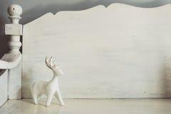Jouet en bois de cerfs communs sur le banc Photos stock