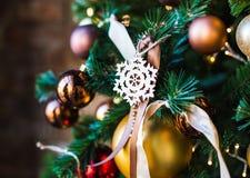 Jouet en bois de Noël sous forme de symbole des hiver-flocons de neige photo stock