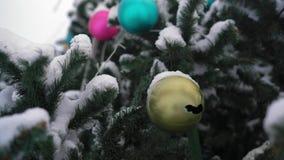 Jouet en gros plan et cassé sur un arbre de Noël couvert de neige banque de vidéos