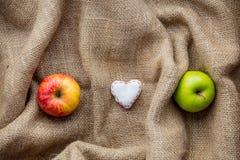 Jouet et pommes de forme de coeur sur le fond de jute Photo libre de droits