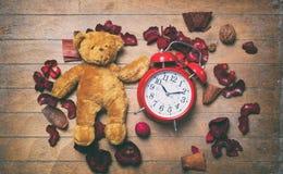 Jouet et réveil d'ours de nounours de vintage Photos stock