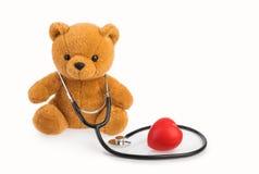 Jouet et stéthoscope d'ours le concept médical de pédiatrie a isolé blanc images libres de droits