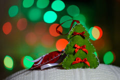 Jouet fabriqué à la main d'arbre de Noël au-dessus de fond defocused images stock
