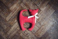 Jouet fait maison rouge de chat avec des points de polka Image libre de droits