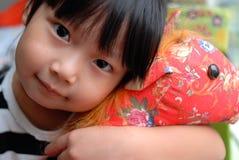 Jouet heureux de fixation de fille Image libre de droits
