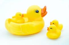 Jouet jaune en caoutchouc de canard sur le fond blanc Photo libre de droits