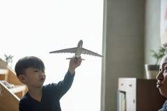 Jouet jouant adorable de jeune innocence asiatique de garçon Image libre de droits