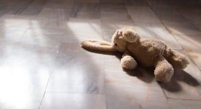 Jouet mignon de poupée de lapin de vieux _ de ton Photographie stock