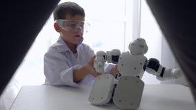 Jouet mignon de robot de réparations d'enfant avec l'intelligence artificielle dans la chambre