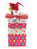 Jouet mignon sur la pile de cadeaux de Noël Images stock
