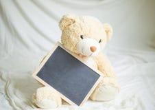 Jouet mou avec une carte et une inscription de félicitations Photos libres de droits