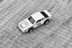 Jouet noir de voiture de course de whiet/jaune d'emballage Photos stock