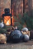Jouet noir fait main de boule de vintage de Noël avec un espace rustique de copie de style de fond brûlant de lanterne images stock