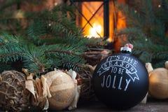 Jouet noir fait main de boule de vintage de Noël avec un espace rustique de copie de style de fond brûlant de lanterne Photos stock