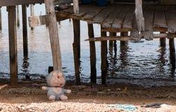 Jouet pour enfants devant la maison d'échasse au village de gitan de mer Images libres de droits