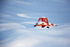Jouet pour enfants oublié dans la neige, couverte de neige Images stock