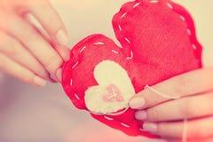 Jouet rouge cousu de coeur Photos libres de droits