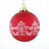 Jouet rouge de bille de Noël sur le fond blanc Photo libre de droits